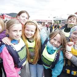 – Vi har lært mange knutar! seier denne jentegjengen. (Foto: Kjetil Vasby Bruarøy)