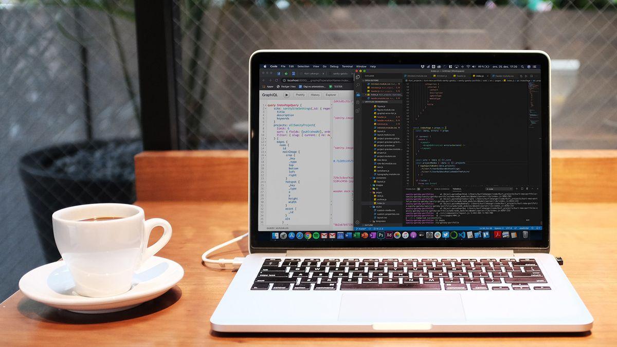 Macbook Pro med programkode på skjermen.