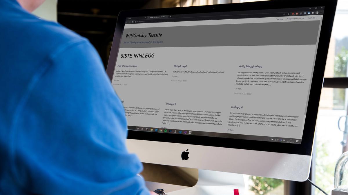 Mann foran iMac, med nettside på skjermen.