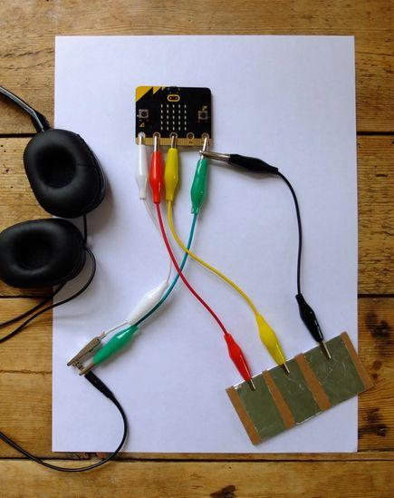 알루미늄 호일 조각들과 micro:bit 의 1번, 2번, GND 핀을 연결하는 방법에 대한 사진