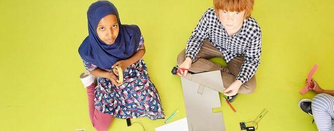 2 children making with micro:bit