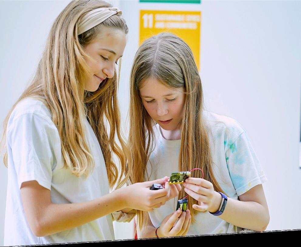 duas raparigas examinam um micro:bit