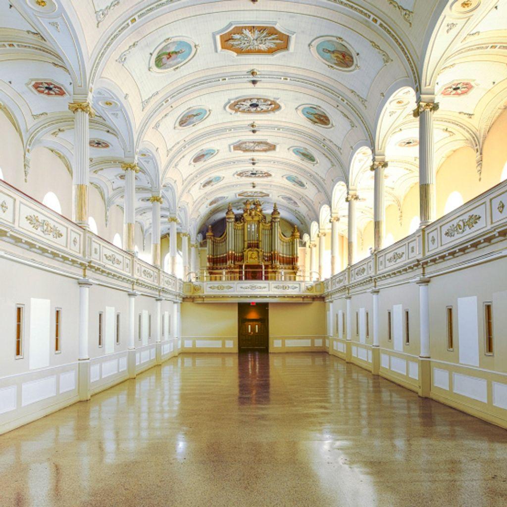 Interieux de l'église de la nef avec arc blanche et or.