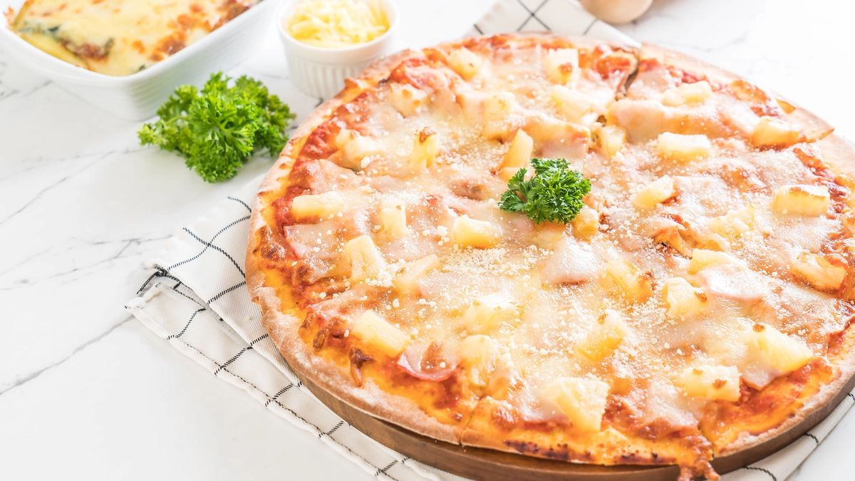 hawaiian pizza on table - Italian food style Delicious canadian italian pizza with meat, tomato sauce and hawaiian sauce on yellow table. Italian food or lunch menu concept. Fresh italian pizza with meat and crust on yellow table. Canadian or hawaiian fast food. Isolated vector illustration in cartoon style.