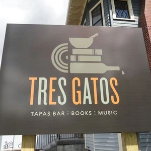 Tres Gatos Sign