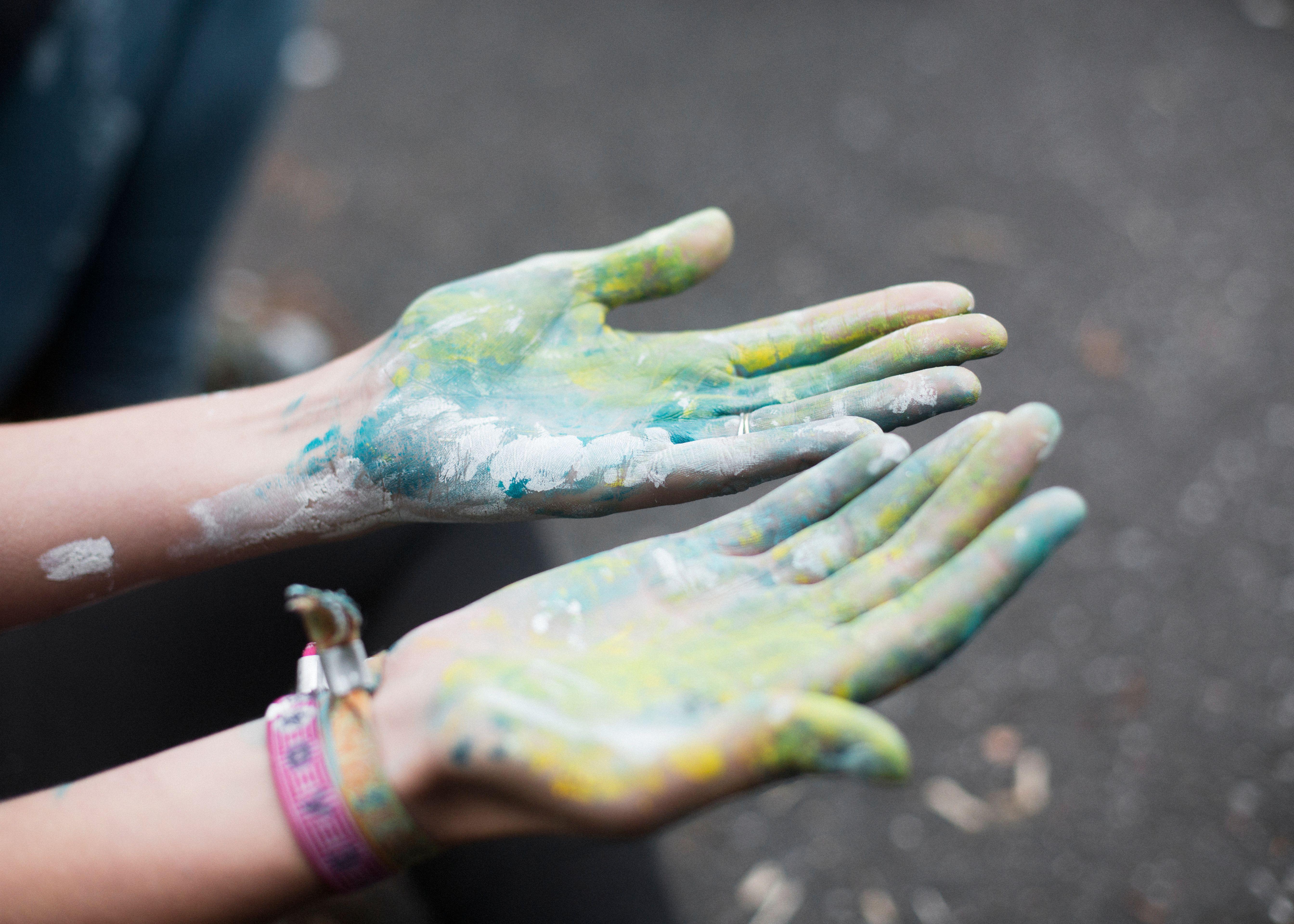 Hände voller Farbe