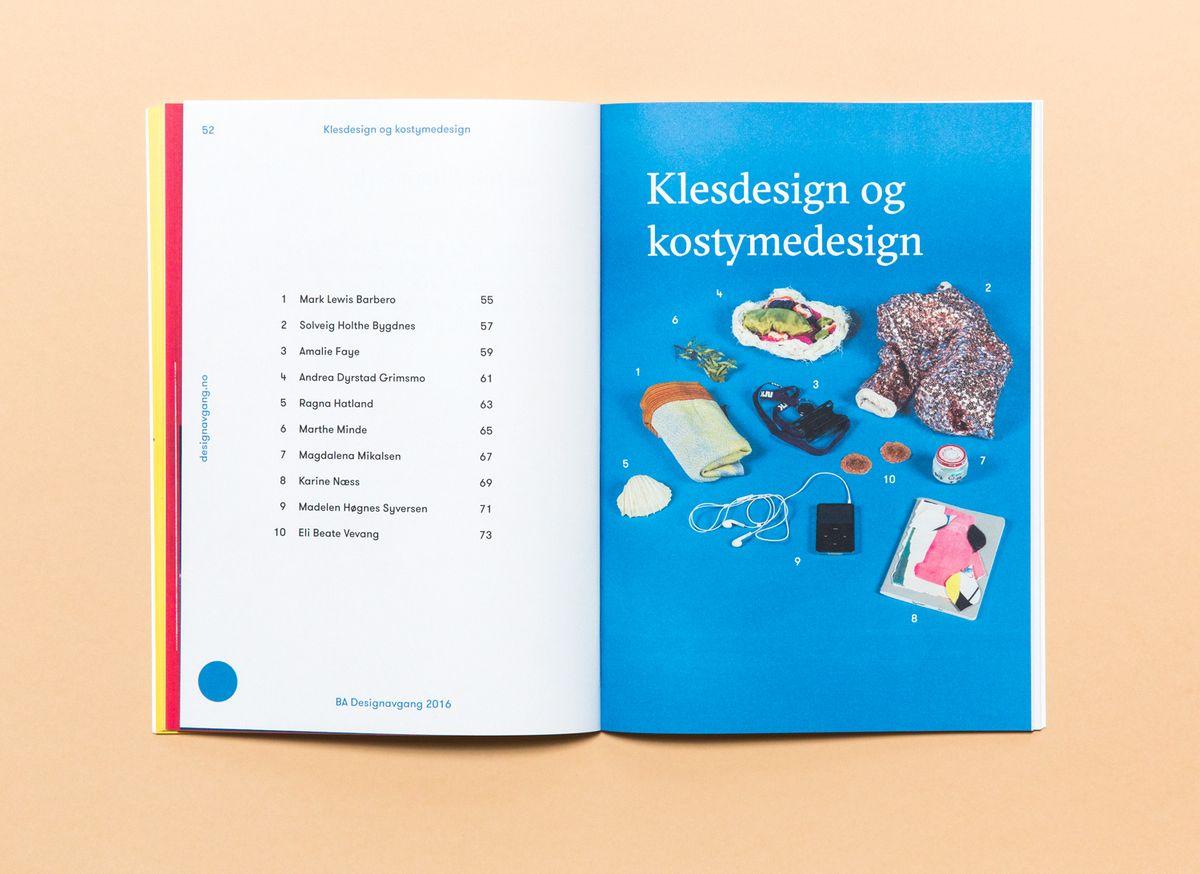 Oppslag av katalog på rosa bakgrunn