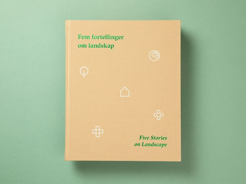 Beige bok med grønn skrift mot grønn bakgrunn.