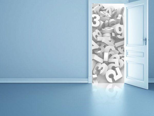 En åpen dør til et rotete rom av tall og bokstaver
