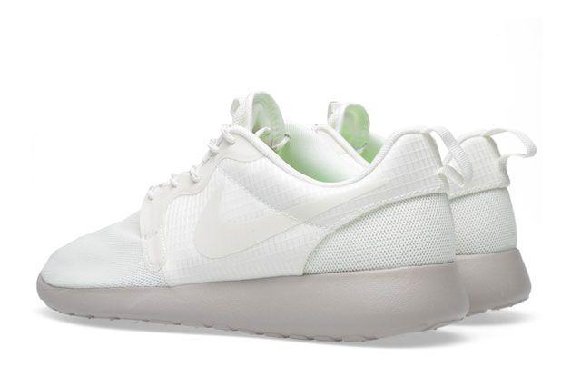 Wmns Nike Rosherunhyperfuse Sail Medium Ore Heel