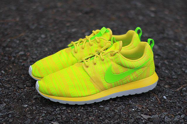 Nike Roshe Run Charm Yellow Perspective