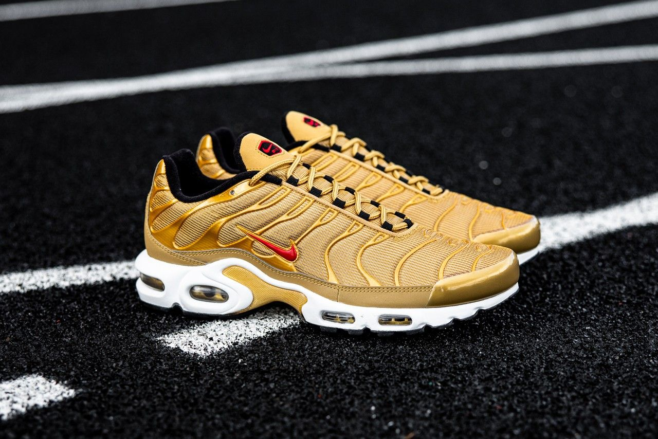 Nike Air Max Plus Metallic Gold Right