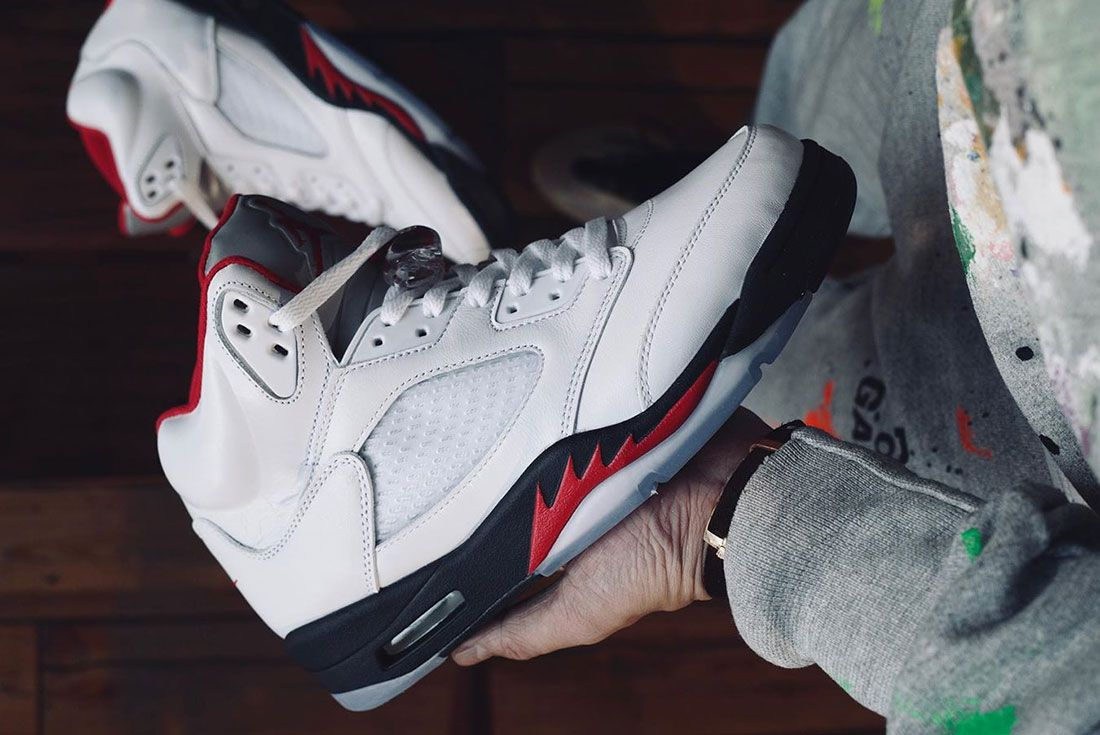 Air Jordan 5 Fire Red 2020 Lateral In Hand Side Shot