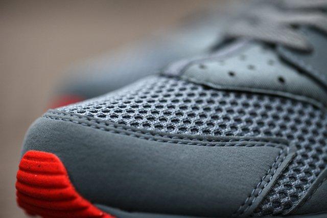 Nike Huarache Graphite Bright Crimson Bumper 4