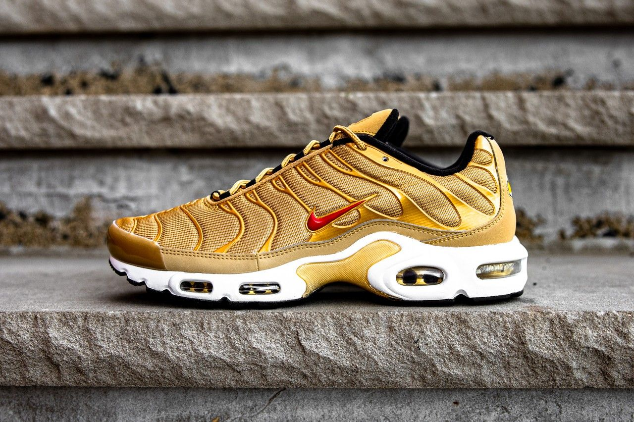 Nike Air Max Plus Metallic Gold Left