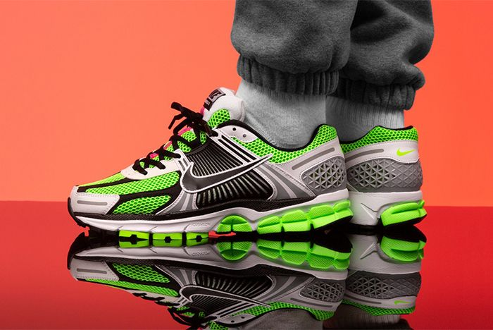 Nike Vomero 5 Se Sp Racer Blue Electric Green Dark Grey Lateral On Foot Shot