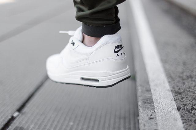 Nikeair Max 1 White Black 3