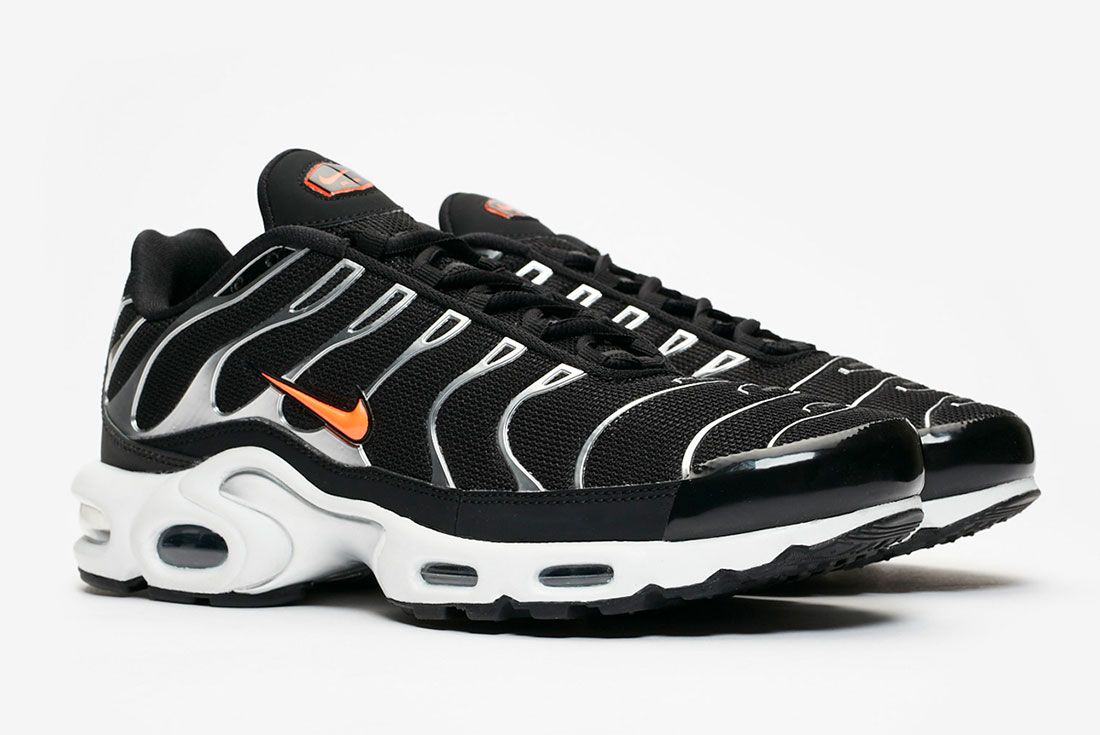 Nike Air Max Plus Black Hyper Crimson Pair Side