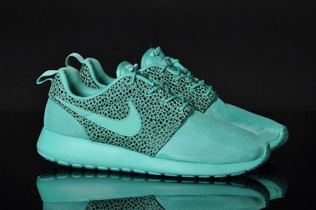 Nike Rosherun Crystalmint Safari Front Quarter 1