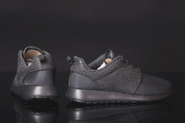 Nike Rosherun Midnight Fog Safari Heel Profile 1