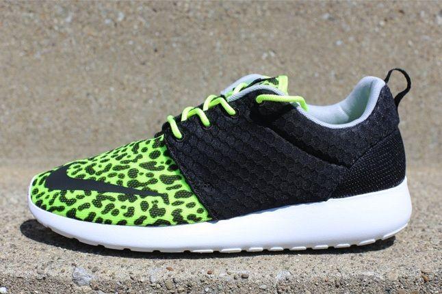 Nike Rosherunfb Leopard Volt Profile 1