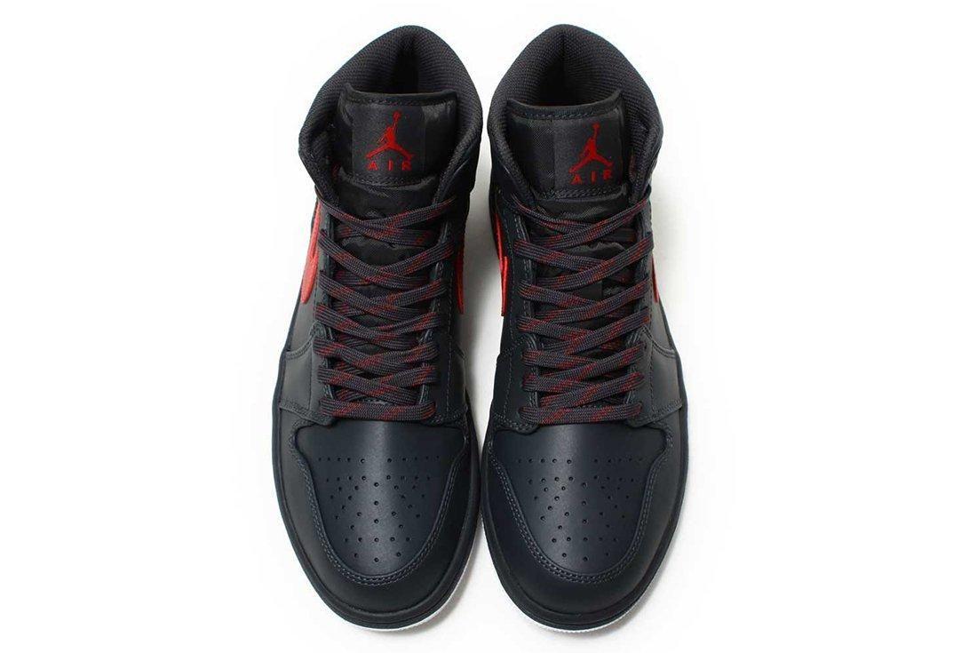 Air Jordan 1 Mid Bred3