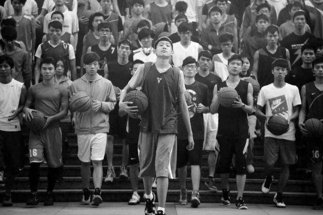Nike Ad Dongdong Walking Downstairs 1