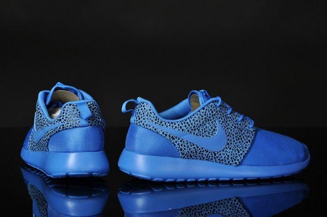Nike Rosherun Blitzblue Safari Heel Profile 1