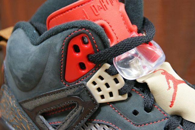 Air Jordan Spizike Blk Challenge Red Tongue Detail 1
