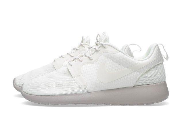 Wmns Nike Rosherunhyperfuse Sail Medium Ore Sideview