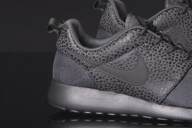 Nike Rosherun Midnight Fog Safari Midfoot Detail 1