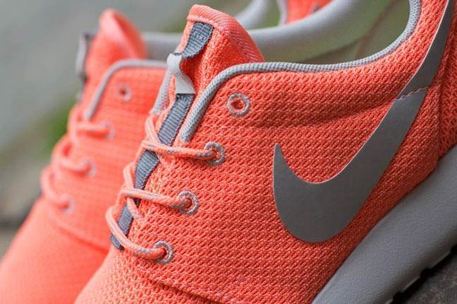 Nike Roshe Run Atmcpnk Mtllcsilv Midfoot Detail 1