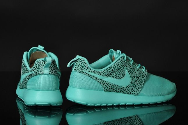Nike Rosherun Crystalmint Safari Heel Profile 1