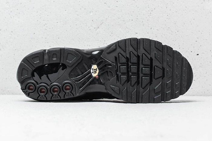 Nike Air Max Plus Se Triple Black Midnight Navy 4