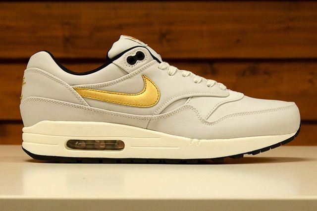 Nike Sportswear Gold Trophy Pack 10