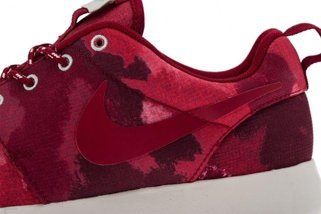Nike Rosherun Fusion Red Midfoot Detail