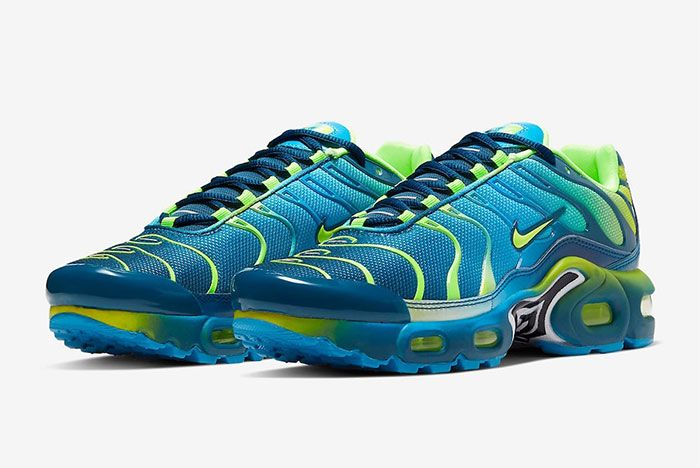 Nike Air Max Plus Gradient Blue Quarter