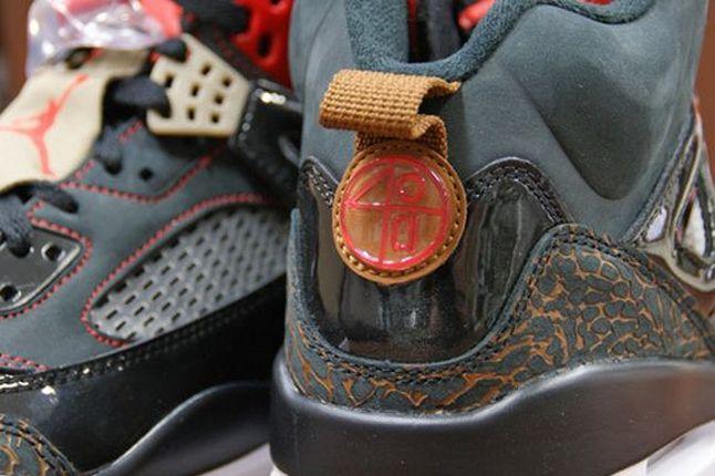 Air Jordan Spizike Blk Challenge Red Heel Badge 1