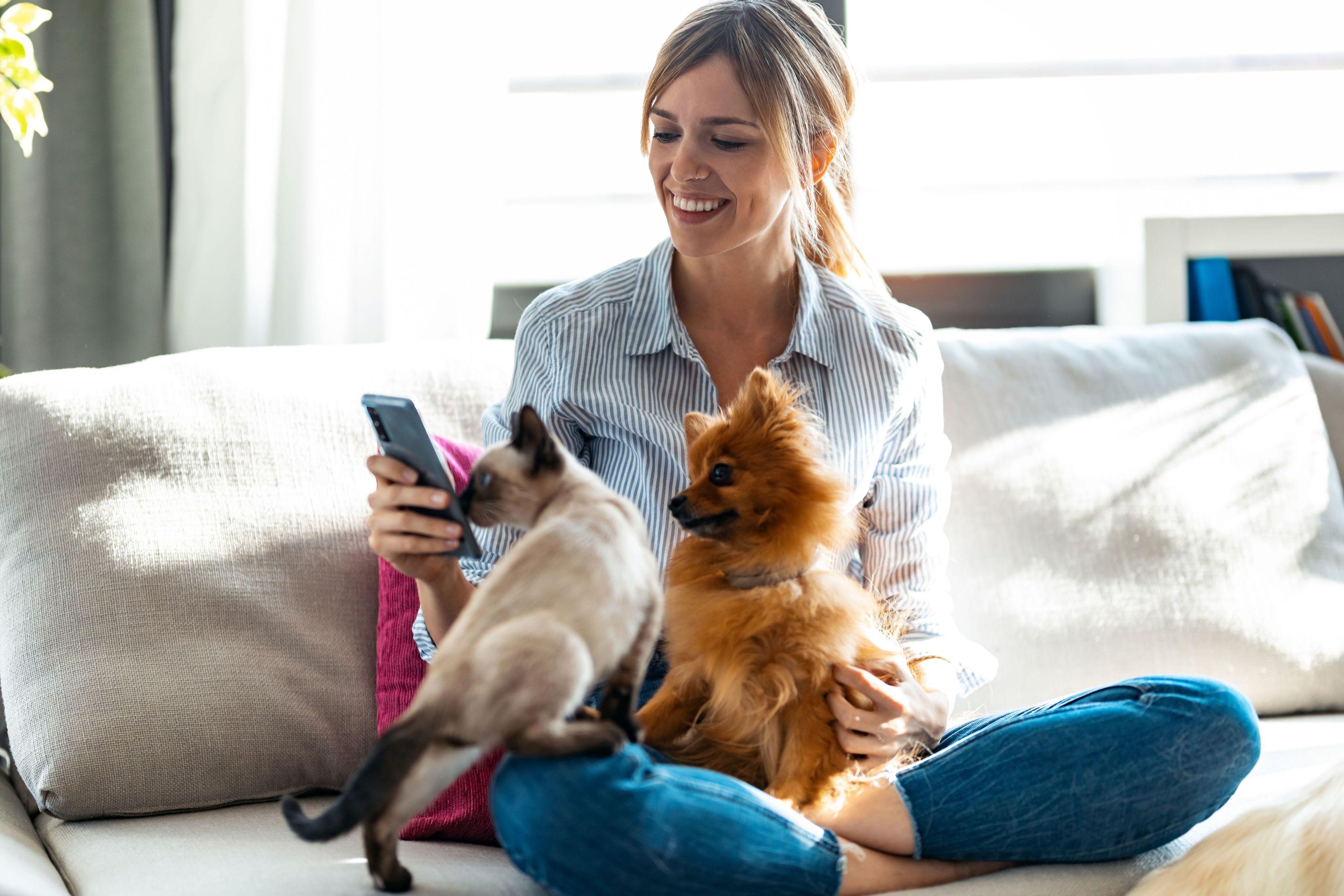 Una donna con un gatto e un cane
