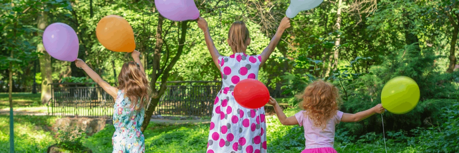 zdjęcie dzieci z balonami w parku