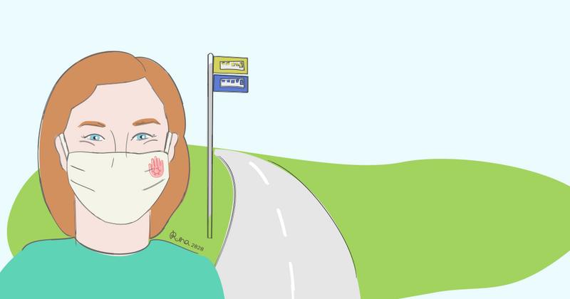 Nainen bussipysäkillä kasvomaski päällään