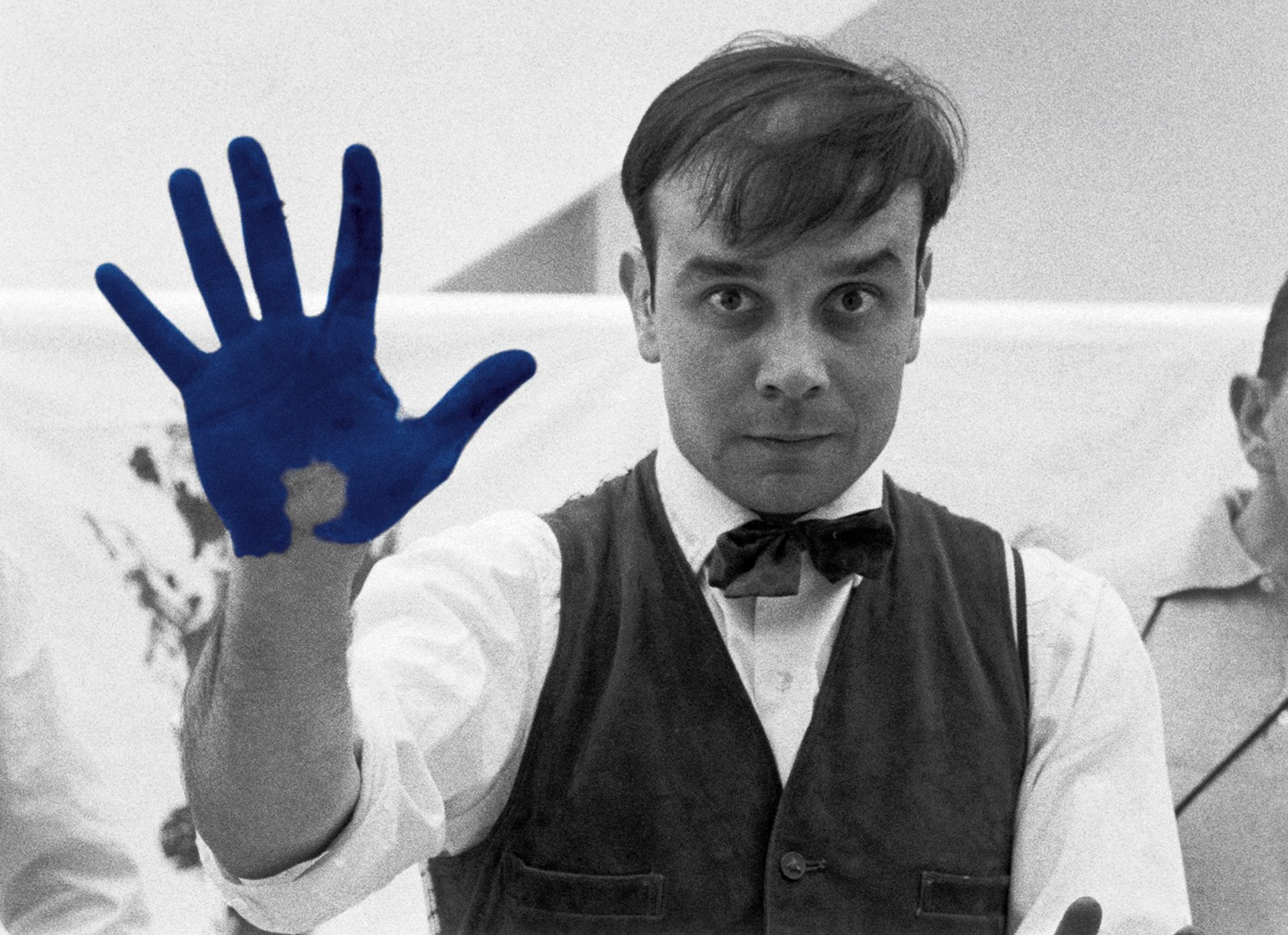 Yves Klein during the shooting The Heartbeat of France, a documentary by Peter Morley Photo : Charles Wilp / BPK, Berlin