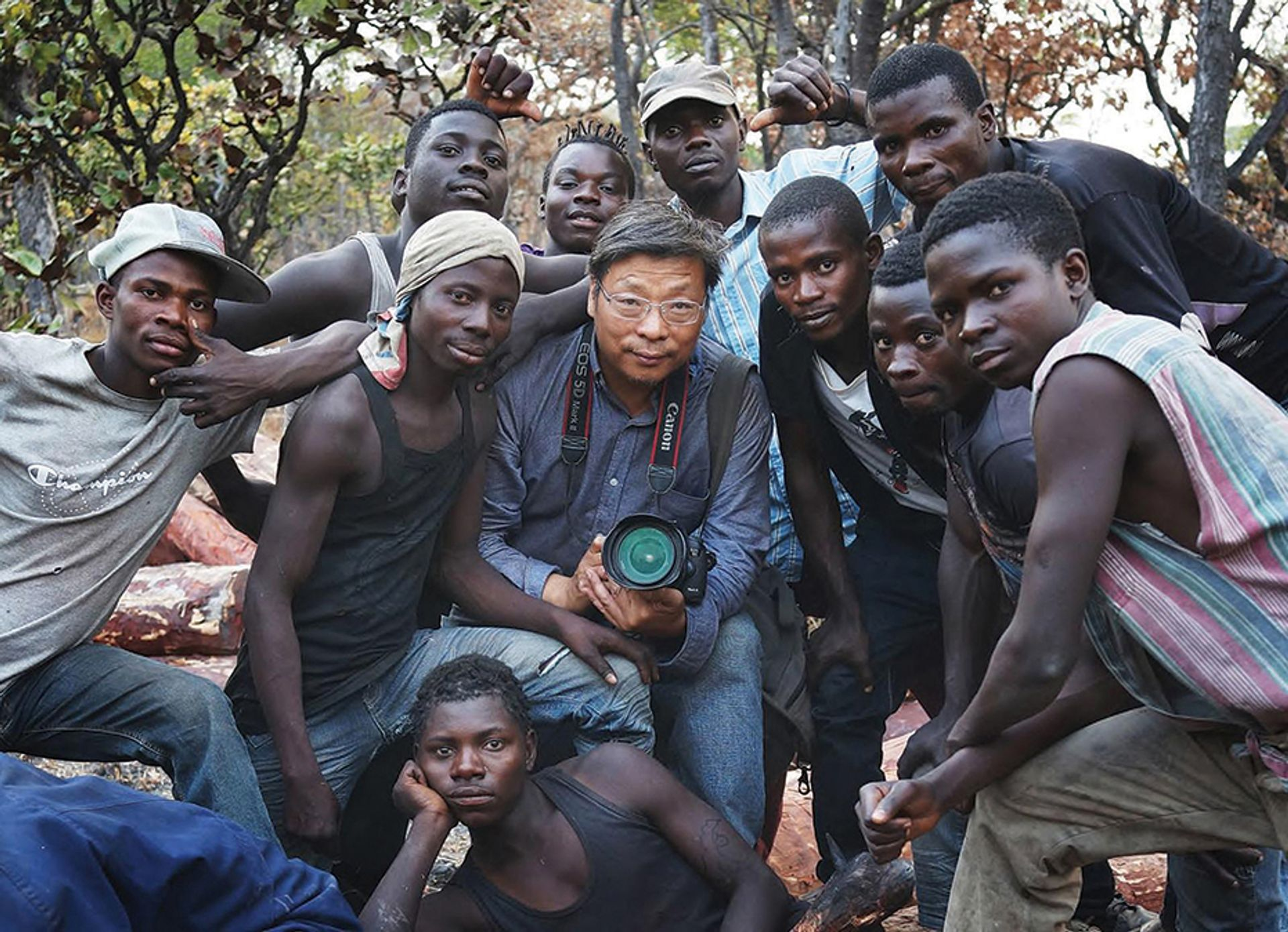 Lu Guang with loggers in the Democratic Republic of Congo in August 2016. © Lu Guang