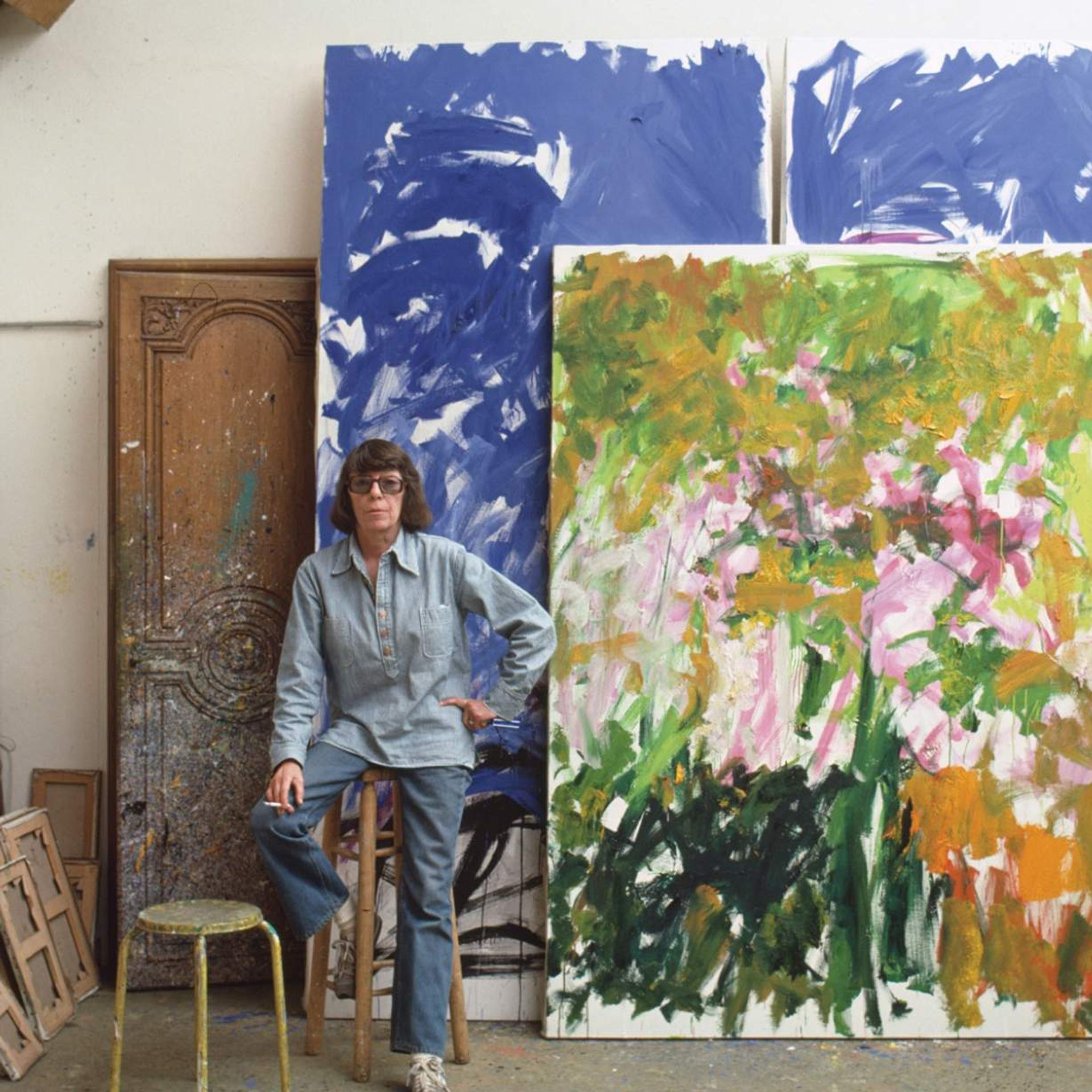 Joan Mitchell in her studio in Vétheuil, France, in 1983 Robert Freson, Joan Mitchell Foundation Archives/©Joan Mitchell Foundation