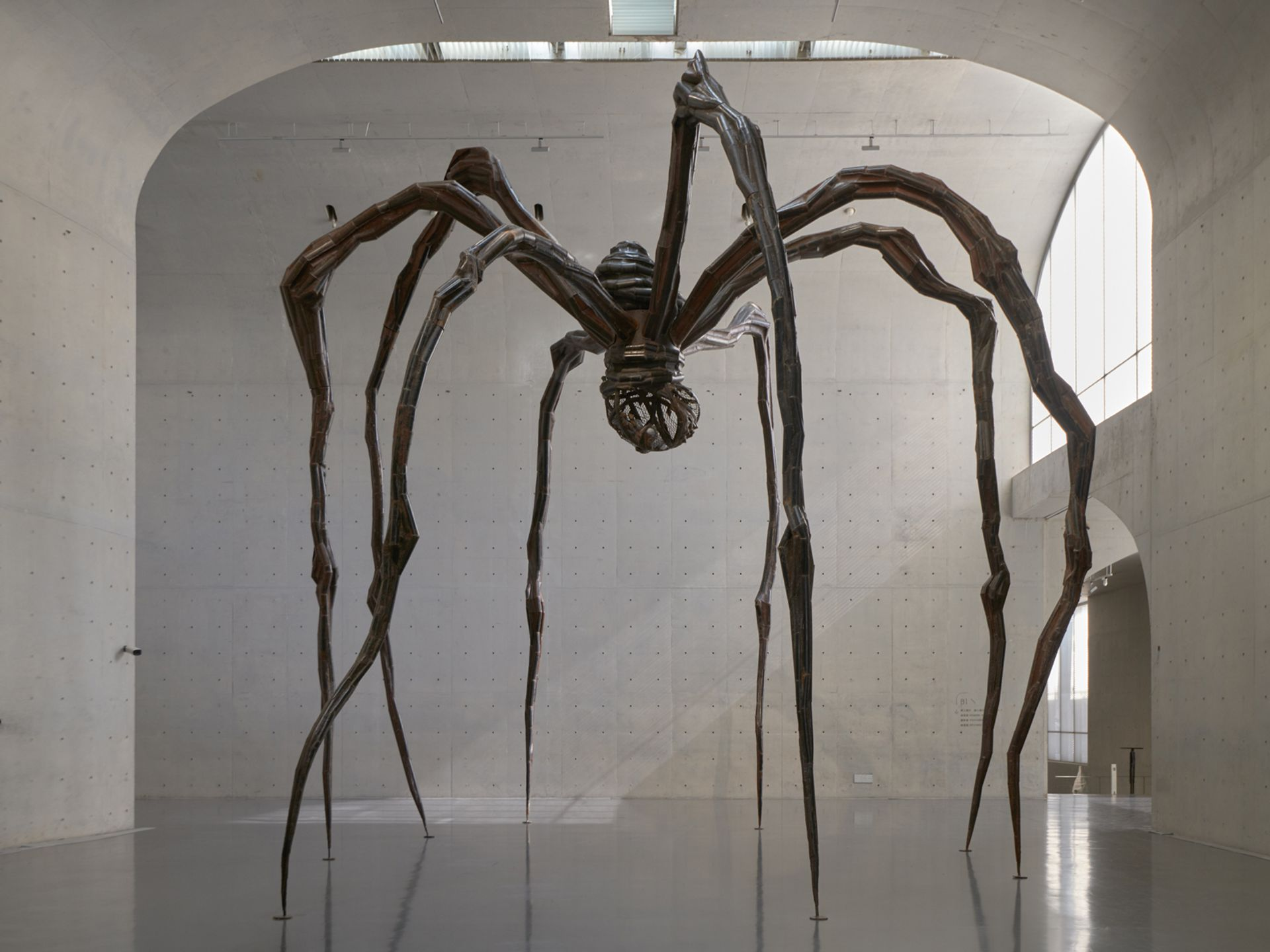 Louise Bourgeois's Maman (1999) is on show at the Long Museum © The Easton Foundation/VAGA (ARS), NY. Photo: Jiaxi  &  zhe. Long  Museum (West  Bund), 2018