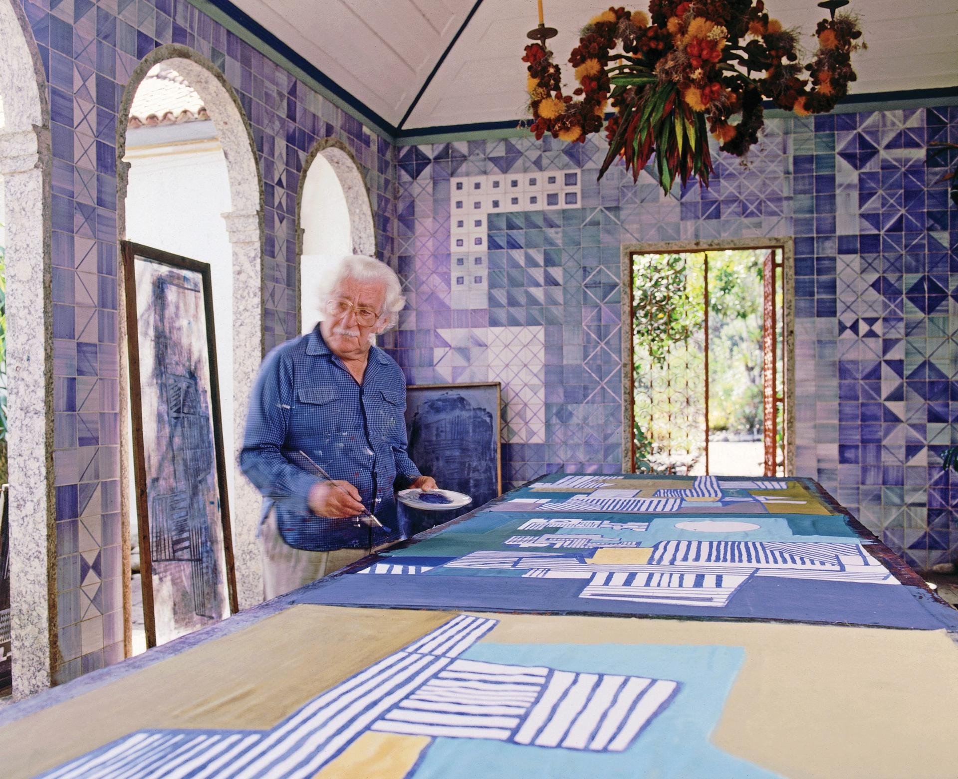 Roberto Burle Marx, painting in the loggia of his home in the 1980s © Claus Meyer/Tyba, courtesy of the New York Botanical Garden