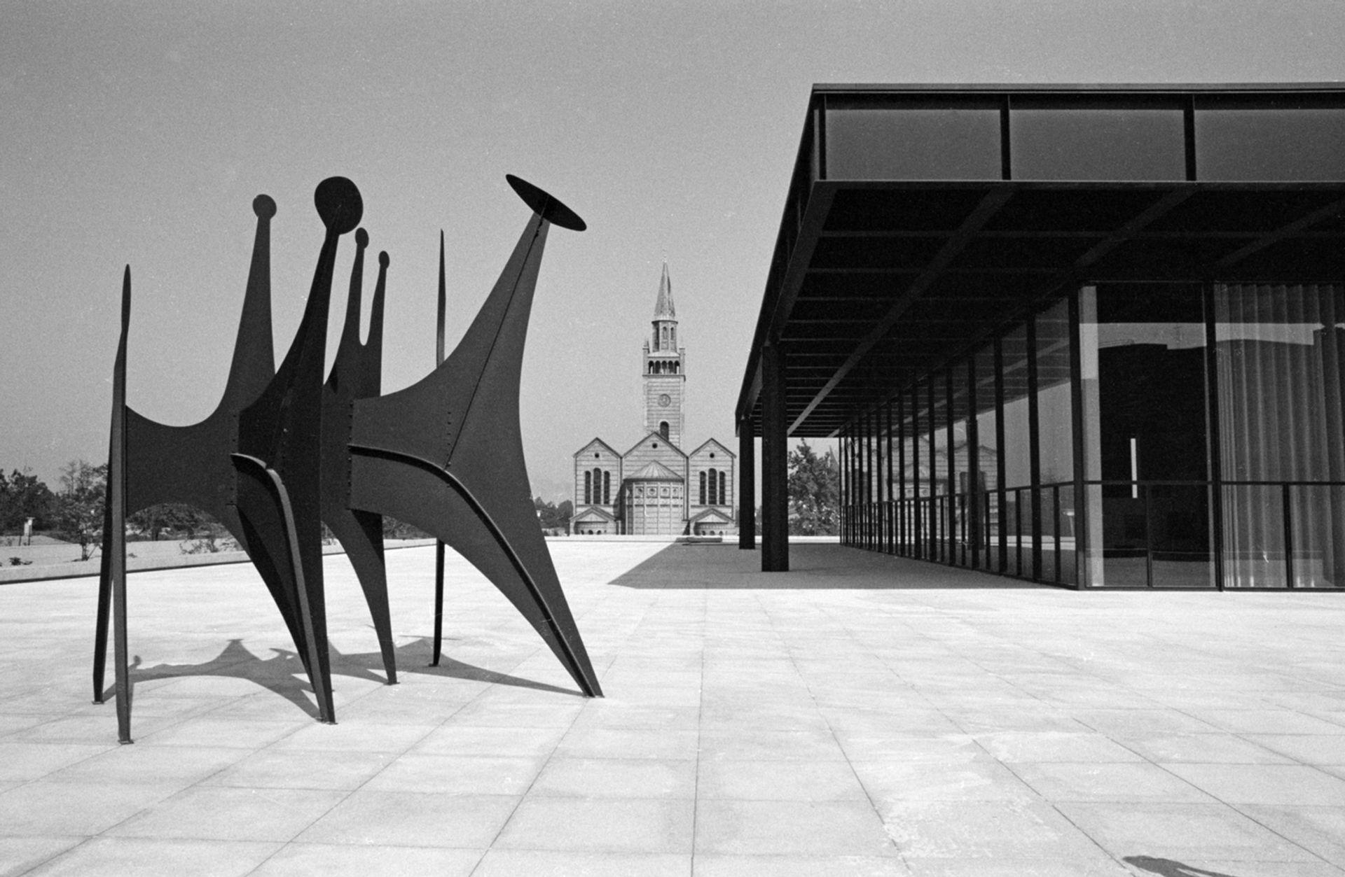 Reinhard Friedrich's photographs of the Neue Nationalgalerie with Têtes et Queue by Alexander Calder (1968) © Staatliche Museen zu Berlin, Zentralarchiv / Reinhard Friedrich