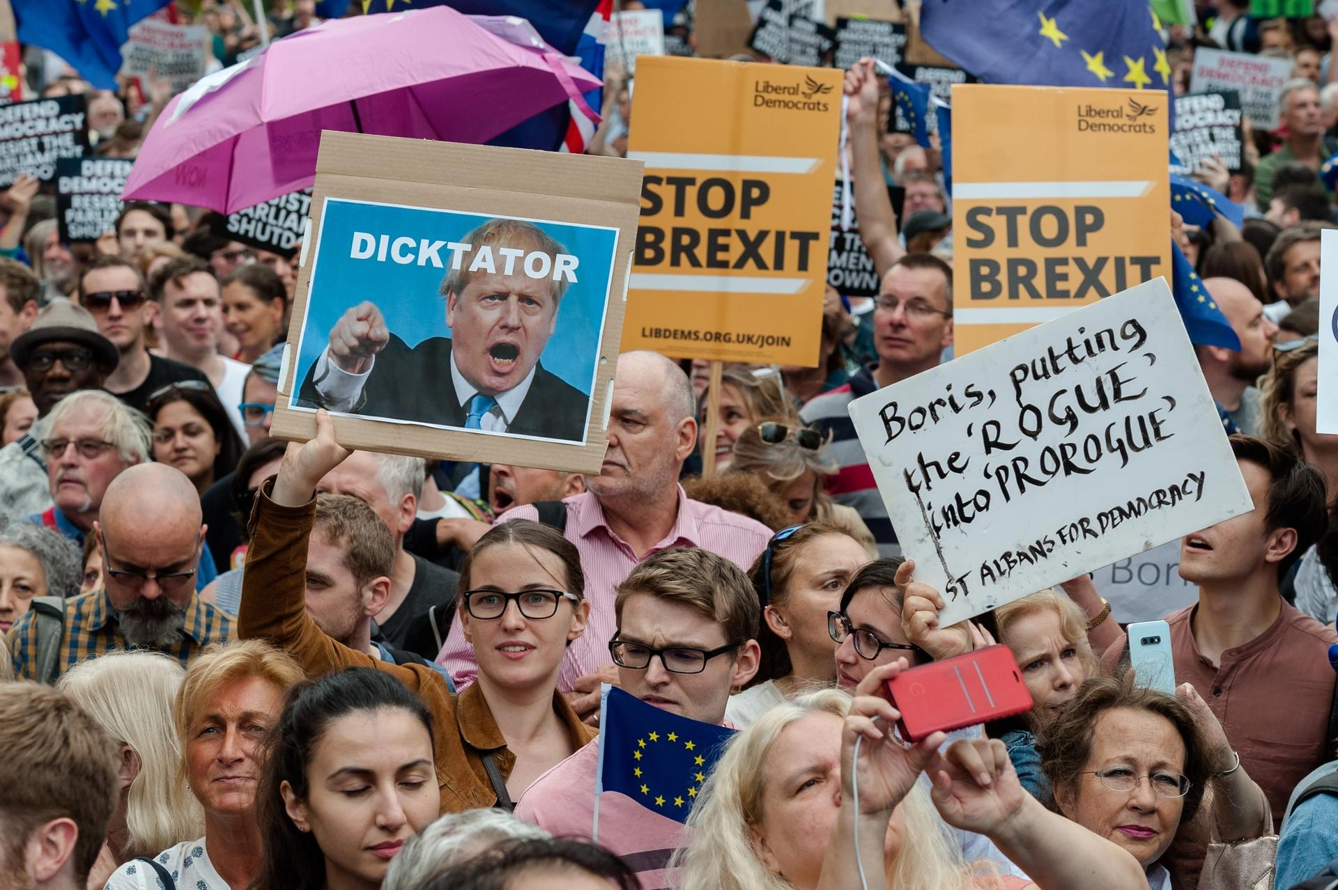 """Protestors gathered in Westminster last night chanting """"stop the coup"""" and carrying anti-Brexit placards and EU flags © Photo: Wiktor Szymanowicz/NurPhoto via Getty Images"""