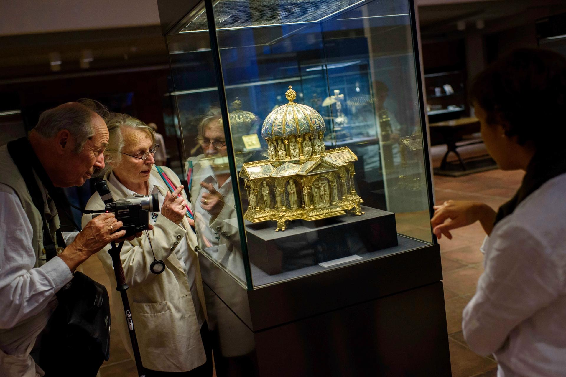 Visitors at the Kunstgewerbemuseum in Berlin view a piece of the Guelph Treasure Photo by: Gregor Fischer/picture-alliance/dpa/AP Images