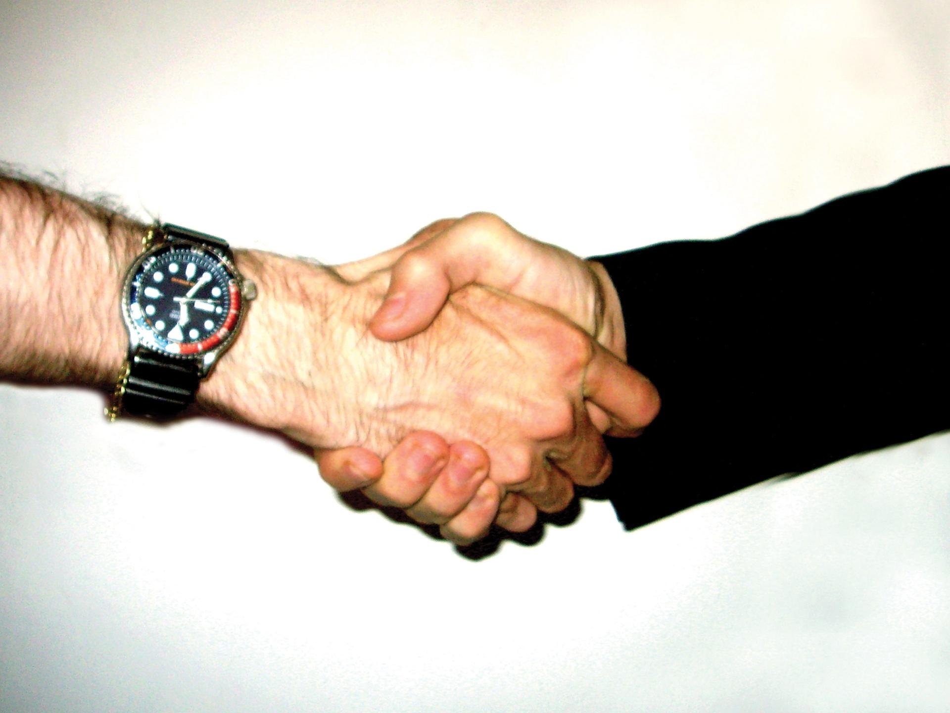 More than a handshake: having clear contracts in place is crucial between artists and galleries to avoid future disputes ©Lucas